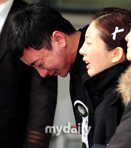 Trưởng nhóm Super Junior khóc ngất vĩnh biệt người thân - 4