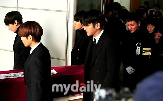 Trưởng nhóm Super Junior khóc ngất vĩnh biệt người thân - 6