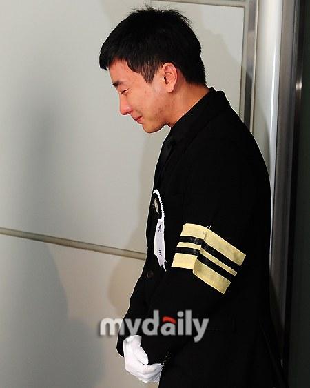 Trưởng nhóm Super Junior khóc ngất vĩnh biệt người thân - 1