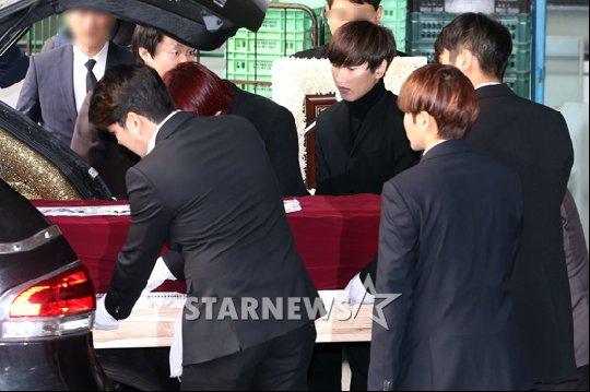Trưởng nhóm Super Junior khóc ngất vĩnh biệt người thân - 9