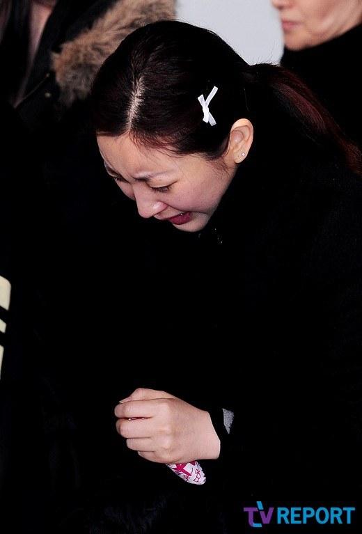 Trưởng nhóm Super Junior khóc ngất vĩnh biệt người thân - 11