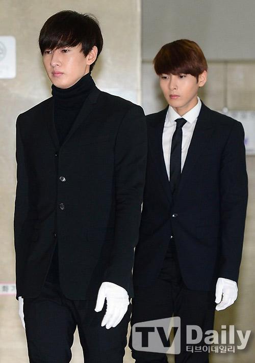 Trưởng nhóm Super Junior khóc ngất vĩnh biệt người thân - 12
