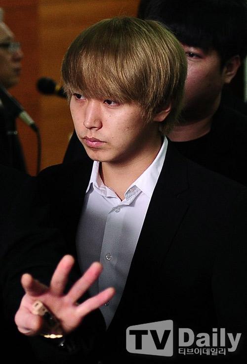 Trưởng nhóm Super Junior khóc ngất vĩnh biệt người thân - 14
