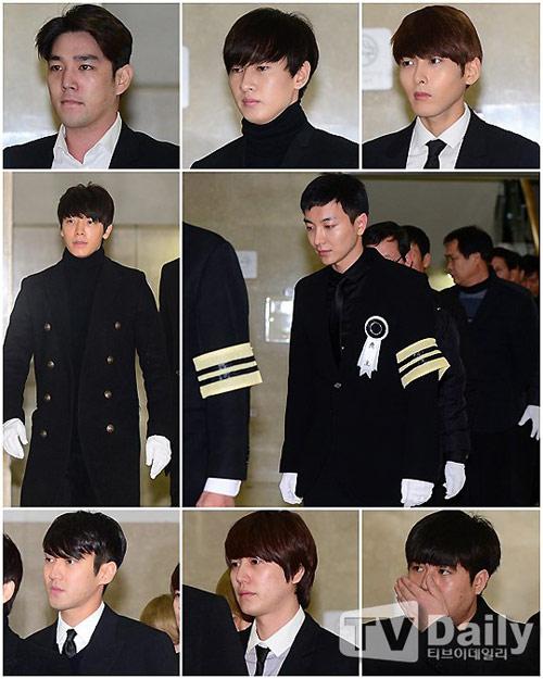 Trưởng nhóm Super Junior khóc ngất vĩnh biệt người thân - 7