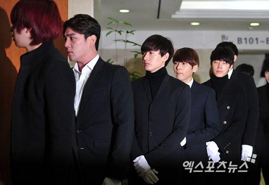 Trưởng nhóm Super Junior khóc ngất vĩnh biệt người thân - 8