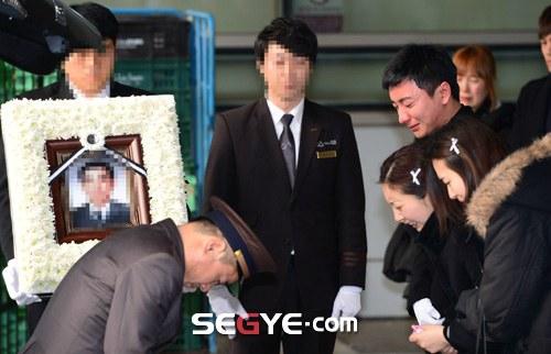 Trưởng nhóm Super Junior khóc ngất vĩnh biệt người thân - 2