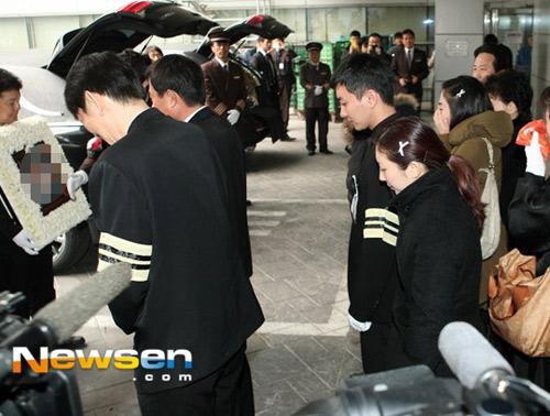 Trưởng nhóm Super Junior khóc ngất vĩnh biệt người thân - 3
