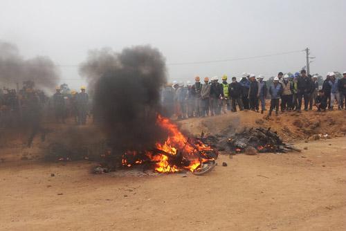 Công nhân đốt xe, ẩu đả với bảo vệ ở nhà máy Samsung - 2