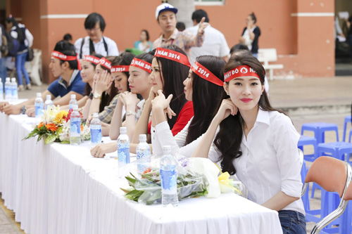 Hoa hậu Thu Thảo giản dị đi hiến máu - 2
