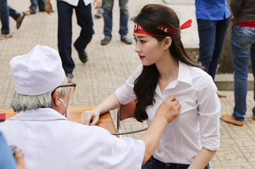 Hoa hậu Thu Thảo giản dị đi hiến máu - 3