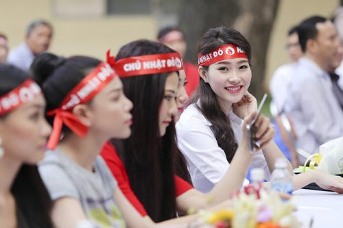 Hoa hậu Thu Thảo giản dị đi hiến máu - 1