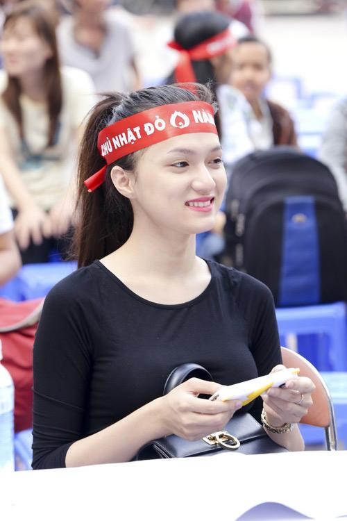 Hoa hậu Thu Thảo giản dị đi hiến máu - 11