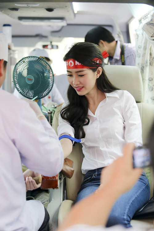Hoa hậu Thu Thảo giản dị đi hiến máu - 4