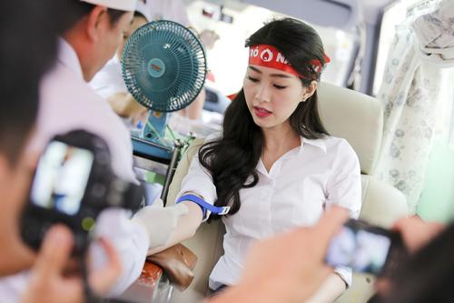 Hoa hậu Thu Thảo giản dị đi hiến máu - 5