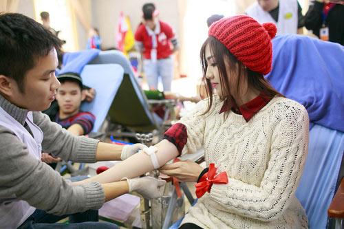 Hoa hậu Thu Thảo giản dị đi hiến máu - 16