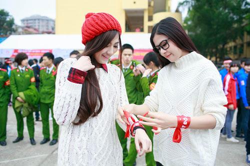 Hoa hậu Thu Thảo giản dị đi hiến máu - 12