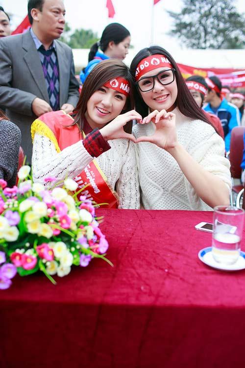 Hoa hậu Thu Thảo giản dị đi hiến máu - 14