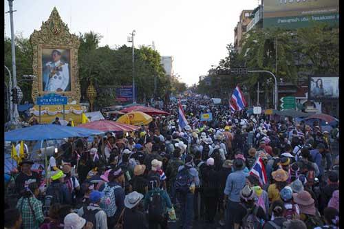 """Ảnh: Thủ đô Thái Lan hỗn loạn vì """"đóng cửa"""" - 3"""