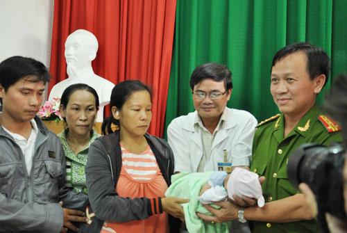 Bé trai bị bắt cóc: Bố mẹ xúc động nhận lại con - 2