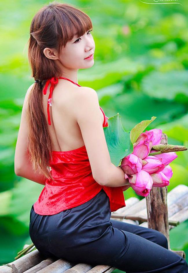 Người đẹp Băng Châu nổi bật làn da tuổi thanh xuân với yếm đào đỏ nổi bật.