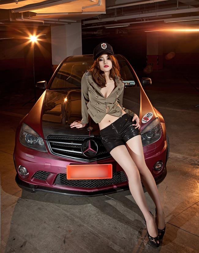 Kiều nữ bốc lửa bên Mercedes màu mận - 9