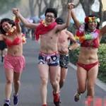 Phi thường - kỳ quặc - Mặc nội y thi chạy ở Trung Quốc