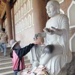"""Tin tức trong ngày - Dúi tiền vào """"tay"""" Phật: Tạo """"nghiệp xấu"""""""