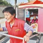 Phi thường - kỳ quặc - Con gái 62 tuổi kéo xe đưa mẹ 91 tuổi xuyên TQ