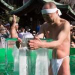 Phi thường - kỳ quặc - 100 đàn ông Nhật ôm cứng băng đá cầu may