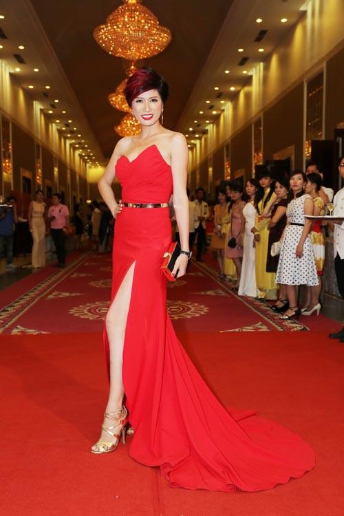 Trang Nhung khoe vòng 1 lộ liễu trên thảm đỏ - 4