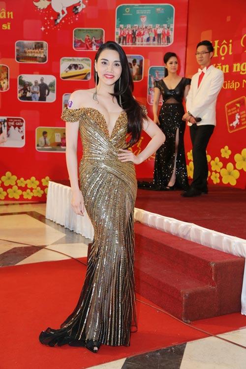 Trang Nhung khoe vòng 1 lộ liễu trên thảm đỏ - 2