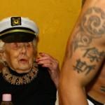 Phi thường - kỳ quặc - Cụ bà 100 tuổi thuê trai trẻ thoát y mừng thọ