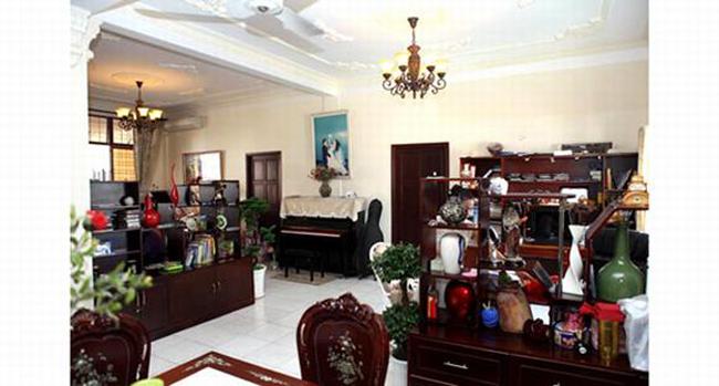 Đồ gỗ và gốm đắt tiền là nội thích ưa chuộng của chồng ca sỹ.