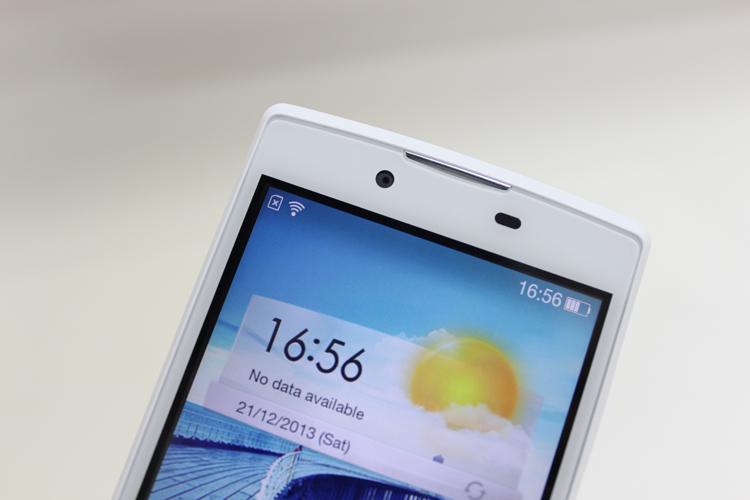 Điện thoại thông minh giá rẻ Oppo Neo có thiết kế khá đơn giản, với những đường cong bo nhẹ ở góc và lưng máy.