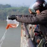 Tin tức trong ngày - Chùm ảnh: Người dân thả cá chép tiễn ông Táo về trời