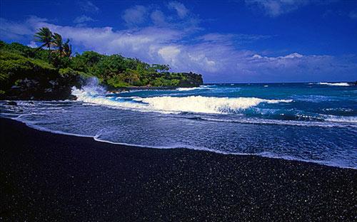 Bãi biển cát đen kỳ lạ ở Hawaii - 1