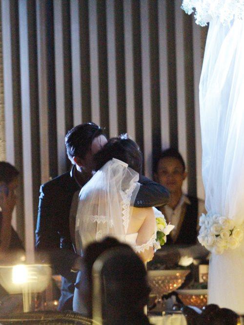 Baggio quỳ gối cầu hôn cô dâu xinh đẹp - 5