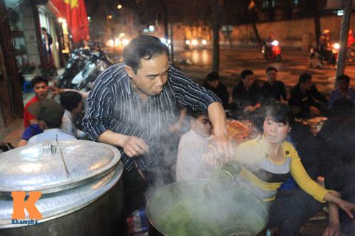 Chùm ảnh: Người Hà Nội nấu bánh chưng ở vỉa hè - 1
