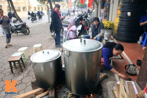 Chùm ảnh: Người Hà Nội nấu bánh chưng ở vỉa hè - 3