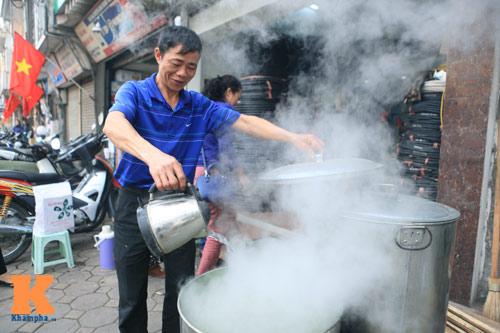 Chùm ảnh: Người Hà Nội nấu bánh chưng ở vỉa hè - 2