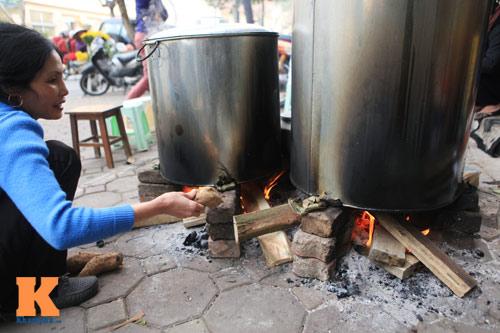 Chùm ảnh: Người Hà Nội nấu bánh chưng ở vỉa hè - 4