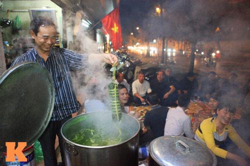 Chùm ảnh: Người Hà Nội nấu bánh chưng ở vỉa hè - 7