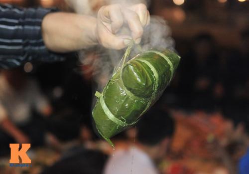 Chùm ảnh: Người Hà Nội nấu bánh chưng ở vỉa hè - 6