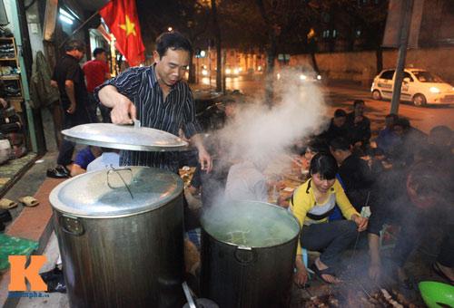 Chùm ảnh: Người Hà Nội nấu bánh chưng ở vỉa hè - 5
