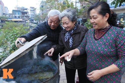 Chùm ảnh: Người Hà Nội nấu bánh chưng ở vỉa hè - 11