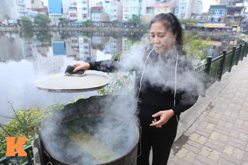 Chùm ảnh: Người Hà Nội nấu bánh chưng ở vỉa hè - 9