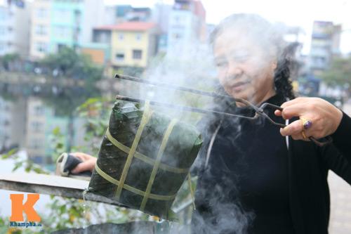 Chùm ảnh: Người Hà Nội nấu bánh chưng ở vỉa hè - 10