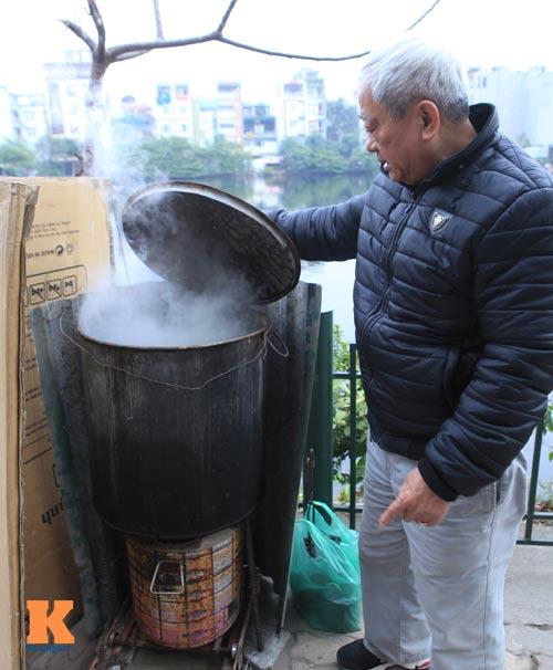 Chùm ảnh: Người Hà Nội nấu bánh chưng ở vỉa hè - 12