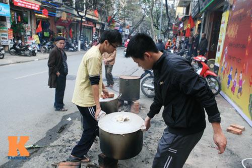 Chùm ảnh: Người Hà Nội nấu bánh chưng ở vỉa hè - 16