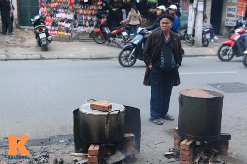 Chùm ảnh: Người Hà Nội nấu bánh chưng ở vỉa hè - 15